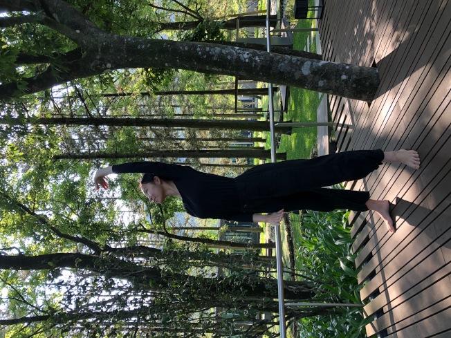 清晨可以在柚木平台上跟著結合太極、瑜伽的「氣循森呼吸」十個動作伸展,展開美好的一天。(錢欽青╱攝影)