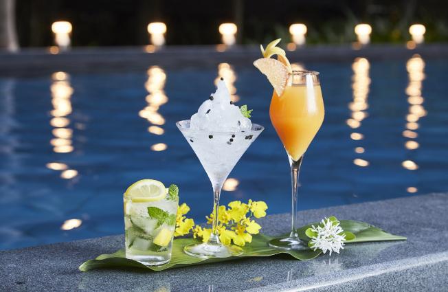 泳池吧台提供的「涼夏夜飲」。(圖:星野集團提供)