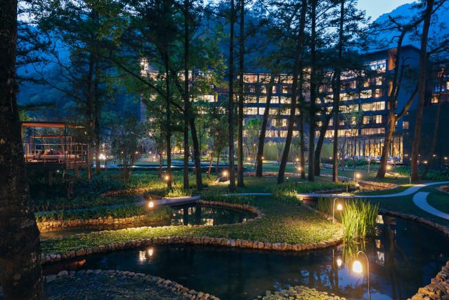 虹夕諾雅谷關找來鐵三角大師設計,出色的照明讓「水之庭園」蜿蜒之美充分展現。(圖:星野集團提供)