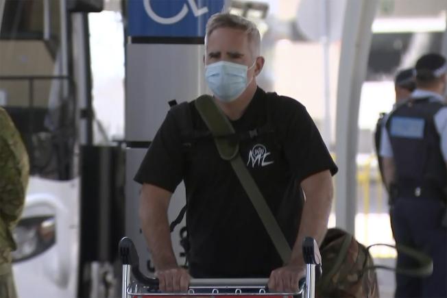 「澳洲金融評論報」記者史密斯逃離中國,8日抵達雪梨機場。(美聯社)