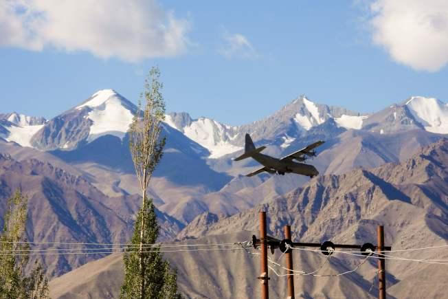 中印邊境爆發衝突可能性急劇升高。圖為印度戰機在邊境上空盤旋。(Getty Images)
