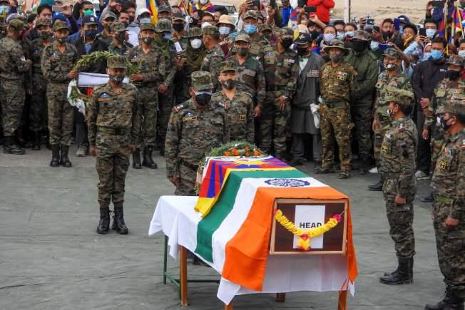 中印邊緊張境情勢再度升高。印度軍方7日為日前於中印衝突中喪生的藏族軍人丹增尼瑪舉行葬禮。(Getty Images)