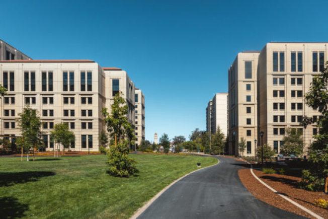 史丹福大學有史以來最大的住屋開發計畫Escondido Village研究生公寓近日完工,未來可提供2400多個研究生住宿空間。(史丹福大學提供)