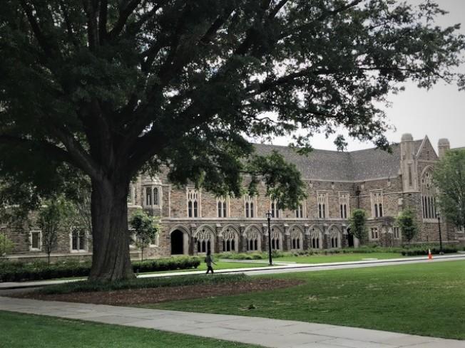 杜克大學校舍多為紅磚古堡型建築,校園典雅美麗。(記者王明心/攝影)