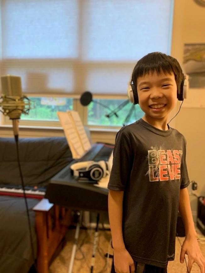 羅博翎同學在錄音。(夏樂市中文學校提供)