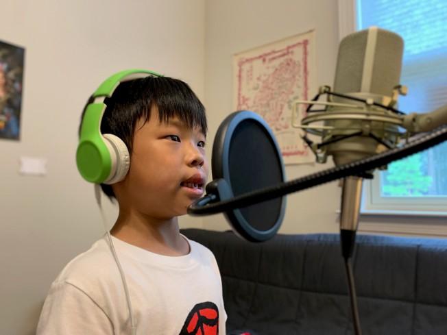 李安珏同學在錄音。(夏樂市中文學校提供)
