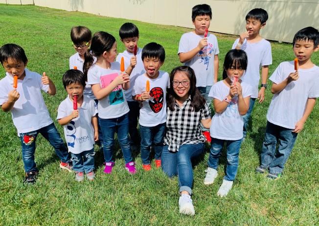 指導老師許芝瑜與合唱團員們合影。(夏樂市中文學校提供)
