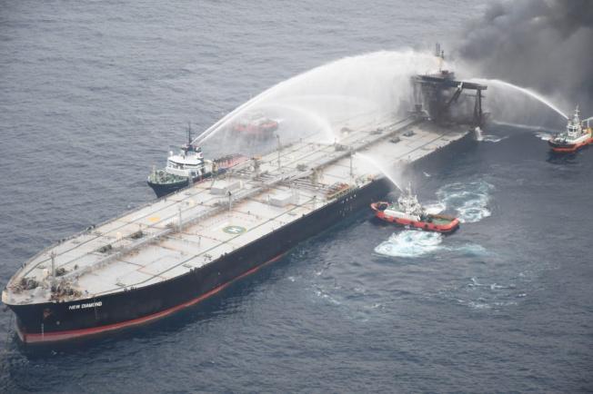 斯里蘭卡海軍8日表示,上週起在外海持續燃燒的油輪「新鑽石號」,船上柴油已開始向斯里蘭卡海岸洩漏。(路透)