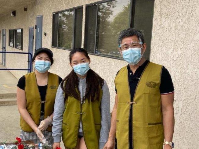 競選不忘服務社區,秦振國(右)在競選百忙當中參與慈濟的社區服務。(秦振國提供)