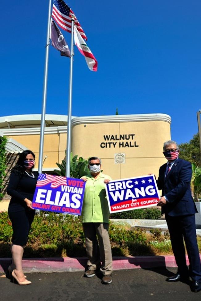 競選加快腳步,王家耀(右)獲得核桃現任市長Pacheco(中)、前任市長蘇王秀蘭等背書支持。(王家耀提供)