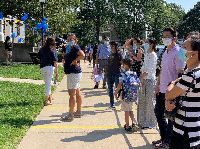 8日下午放學時分,家長在長島Lakeville小學門外等候子女出來。(記者曹健╱攝影)