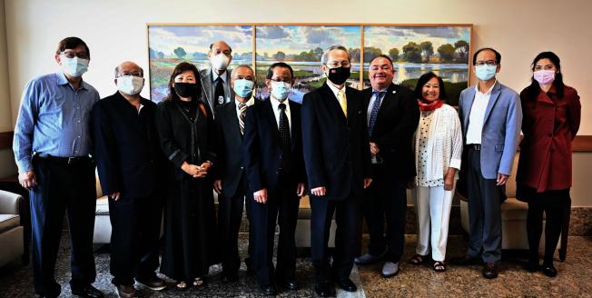 舊金山台灣商會與經文處至中谷捐贈台灣口罩。(舊金山台灣商會提供)