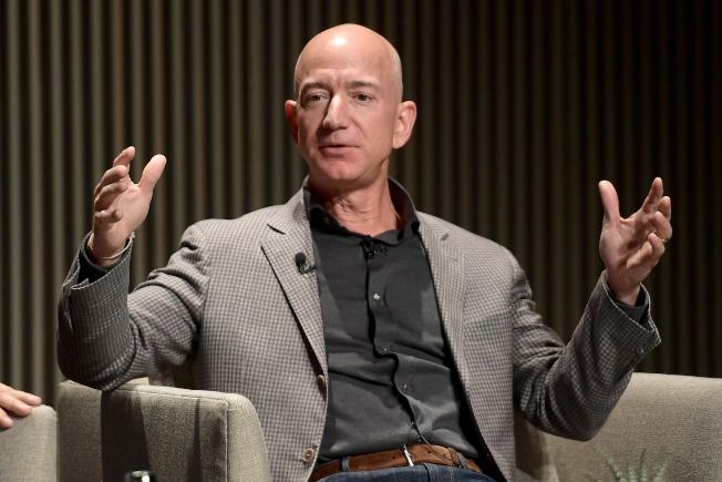 「富比士」雜誌8日公布全美富豪排行榜,亞馬遜執行長貝佐斯連續第三年榮登榜首。(Getty Images)