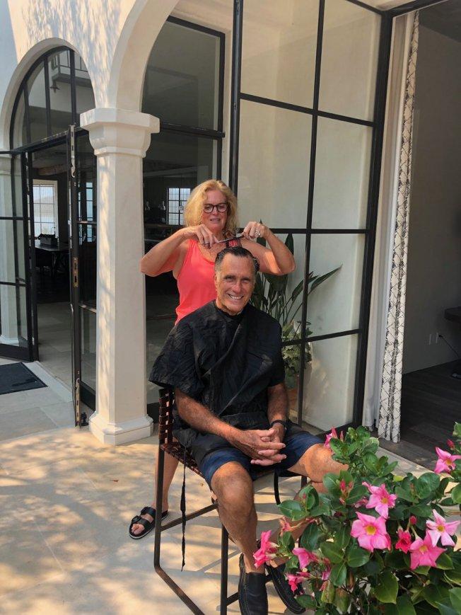 共和黨籍聯邦參議員羅穆尼在社群網站推特上,分享妻子在家中替自己理髮的照片,還不忘挖苦民主黨籍眾院議長波洛西:「這家髮廊比波洛西的好多啦!」(取自推特)
