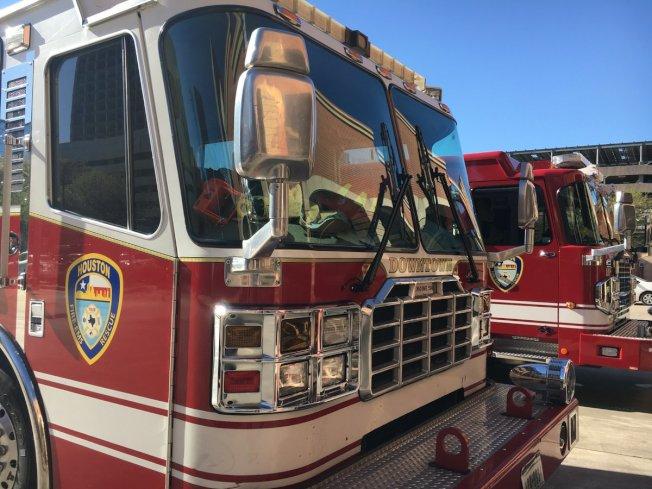 休士頓消防局部分消防員,因為工作中可能與新冠病毒接觸必須在家隔離,但這段隔離時間,卻沒有獲得應得的薪酬。(自休士頓消防局推特)
