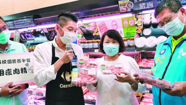 嘉義市長黃敏惠(右二)率隊到大賣場宣導清楚標示豬肉原產地。(記者卜敏正/攝影)