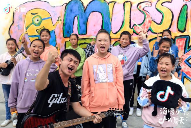 音樂教師顧亞在海嘎小學組建了「遇」和「未知少年」兩支樂隊。(取材自微博)