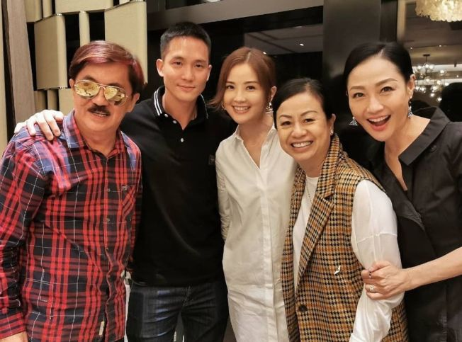 石恆聰(左二)之前與阿Sa家人一同合影。(取材自Instagram)