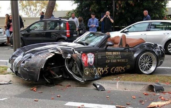 事故現場中被撞起火燃燒後的寶馬車。(視頻截圖)