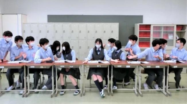 佐野浩的學生們模仿世界名畫「最後的晚餐」。(取材自withnews 8)