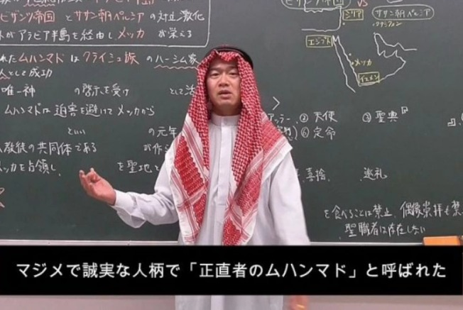 日本歷史教師佐野浩,一身阿拉伯裝的教學在網路掀起話題。(取材自withnews 8)