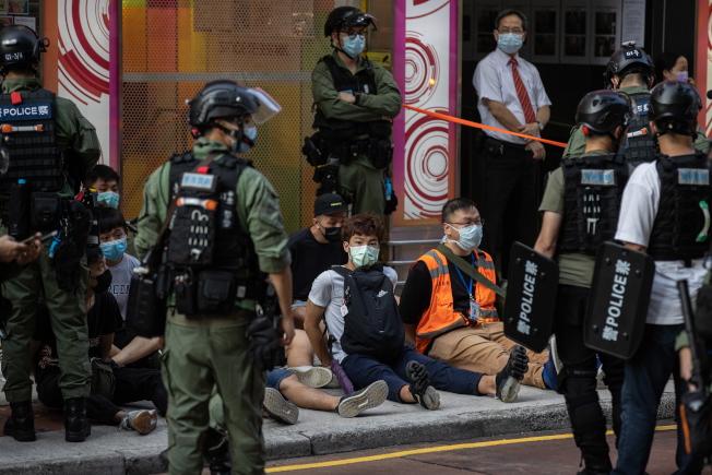 圖為在9月6日最近一場街頭抗爭中,遭香港警方拘捕的示威者。截至當天晚上9時,至少有289人被捕。歐新社